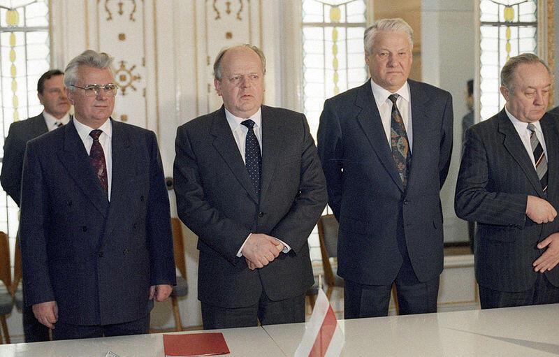 Леонид Кравчук (слева), Станислав Шушкевич (в центре) и Борис Ельцин после подписания Соглашения о создании СНГ в Беловежской пуще, 8 декабря 1991.