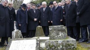 O presidente François Hollande visitou o cemitério judaico vandalizado no leste da França acompanhado pelo embaixador de Israel, Yossi Gal (centro).