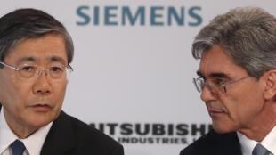 Joe Kaeser, le patron de Siemens (D), au cours d'une conférence de presse  à Paris, avec son «alter ego» de Mitsubishi Heavy Industries (MHI), Shunichi  Miyanaga, le 17 juin 2014.