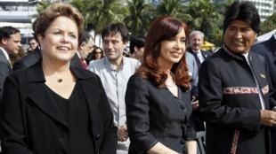 As presidentes Dilma Rousseff (esquerda) e Cristina Kirchner fotografadas ao lado de Evo Morales.