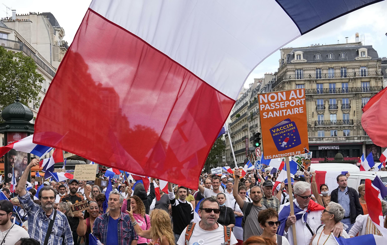 7月31日,巴黎反新冠二维码的示威者