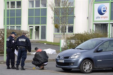 Тело безработного, совершившего самосожжение перед зданием службы занятости в Нанте 13/02/2013
