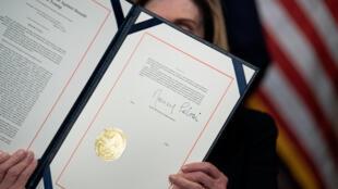 La presidenta demócrata de la Cámara de Representantes, Nancy Pelosi, exhibe su firma en la acusación formal contra Donald Trump, el 13 de enero de 2021 en el Capitolio, en Washington