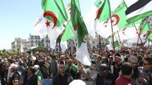 Manifestantes vão às ruas na Argélia pela décima semana consecutiva.