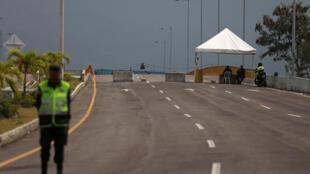 La police colombienne garde le pont transfrontalier Tienditas entre la Colombie et le Venezuela, à Cucuta, en Colombie, le 18 février 2019.