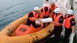 """在南印度洋海域搜寻失联客机踪迹的中国""""海巡一号"""""""