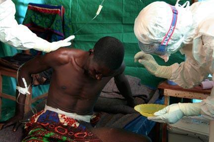 kundi la madaktari wasiokuwa na mipaka MSF wakitowa huduma kwa mshukiwa wa Ebola nchini DRCongo.