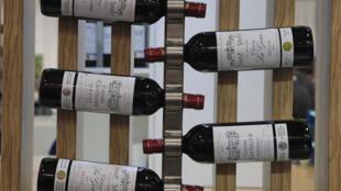 Garrafas de vinho francês do Médoc durante uma feira de bebidas em Paris.