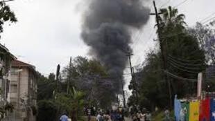 Une épaisse fumée noire en provenance du centre commercial Westgate de Nairobi s'élève dans le ciel, le 23 septembre 2013