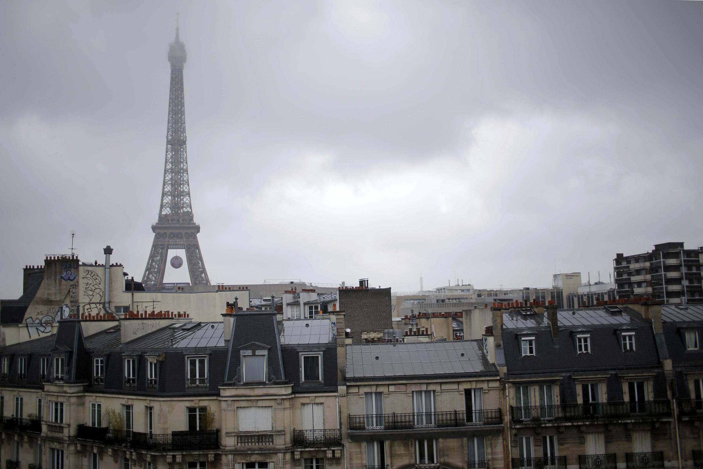 A poucas horas do início oficial do verão no hemisfério norte, Paris segue debaixo de chuvas nesta segunda-feira (20).