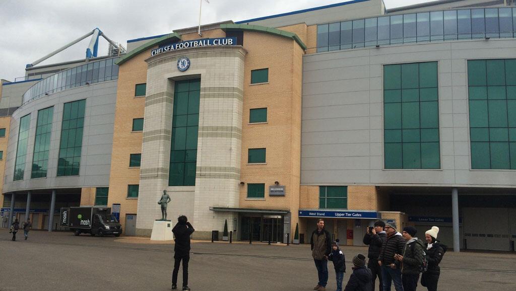 Devant le Stade de Chelsea, la plupart des supporters sont choqués de cet incident raciste qui s'est produit dans le métro parisien.