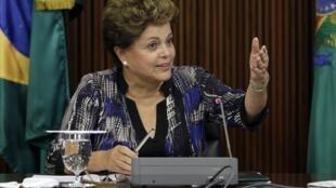 Presidente Dilma Rousseff conevrsa com deputados da sua base aliada em Brasília.