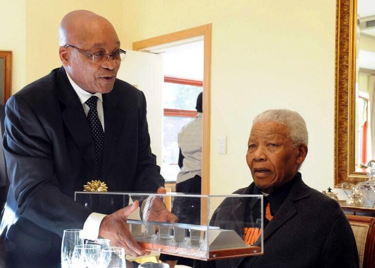 O presidente sul-africano Jacob Zuma (à esquerda) e Nelson Mandela em Qunu, em foto de julho de 2011.