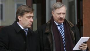 L'ambassadeur de Lituanie Edminas Bagdonas (G) et son homologue hongrois Ferenc Kontra quittent l'ambassade de France à Minsk après une réunion des diplomates européens, le 29 février 2012.