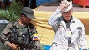 Foto de García Márquez al lado de un guerrillero durante las conversaciones de paz en San Vicente del Cagúan, 7 de enero de 1999.