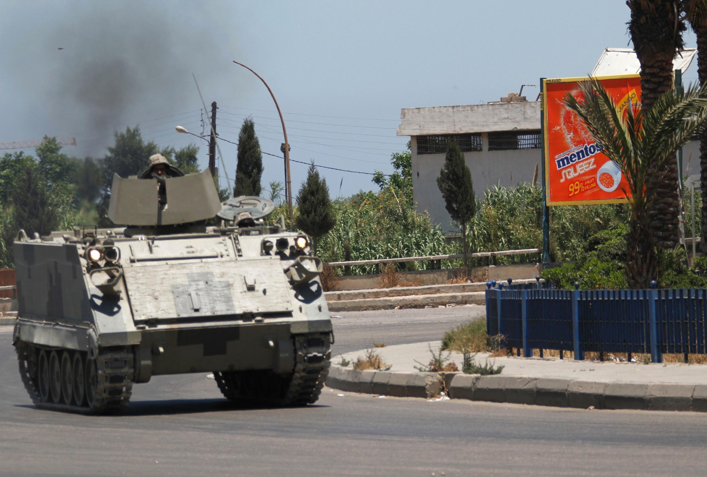 Tanque do Exército líbio patrulha o bairro de Bab el-Tebbaneh, em Trípoli, na Líbia, neste sábado, dia 2 de junho.