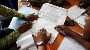 Compilation des résultats de l'élection présidentielle en RDC du 30 décembre par les agents de la Céni, à Kinshasa, le 4 janvier.
