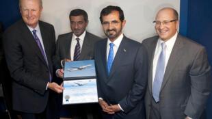 Jim Albaugh, Chủ tịch và giám đốc thương mại hãng Boeing (trái) và Sheik Ahmeed Bin Saeed al Maktoum, Chủ tịch hãng hàng không Emirates (thứ hai trái) tại hội chợ hàng không quốc tế Farnborough (19/7/2010) (Anh)