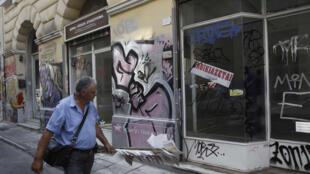 """Ngày cảng có nhiều cửa hàng tại trung tâm thủ đô Athènes đóng cửa, treo bảng """"cho thuê"""". Ảnh chụp ngày 19/9/11."""