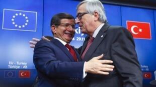 Waziri Mkuu wa Uturuki Ahmet Davutoglu (kushoto) na Rais wa Tume ya Ulaya Jean-Claude Juncker (kulia), Novemba 29, 2015 mjini Brussels.
