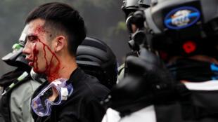 香港警察抓捕試圖逃離科大校園的學生,2019年11月18日。