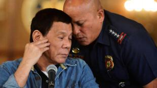 Tổng thống Philippines Rodrigo Duterte (T) và lãnh đạo cảnh sát Ronald Dela Rosa. Ảnh chụp tại Manila, năm 2017.