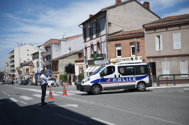 Policiais franceses bloqueiam a rua onde um suposto membro da Al Qaeda mantém reféns, em Toulouse, nesta quarta-feira.