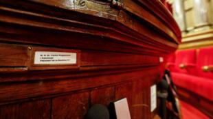 La plaque au nom du président catalan Carles Puigdemont, dans la chambre du Parlement catalan à Barcelone, le 5 octobre.