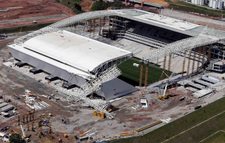 Một góc mái che sân vận động Sao Paulo, Brazil, bị sụp đổ, (ảnh chụp 28/11/2013)