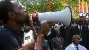 En 2012, lors d'une visite à l'université Omar-Bongo, le président gabonais Ali Bongo avait été interpellé par des étudiants sur le versement des bourses.