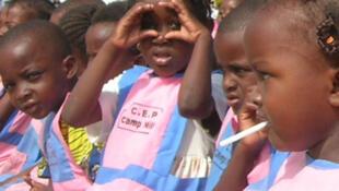 Groupe de fillettes dans une école maternelle de Brazzaville ©