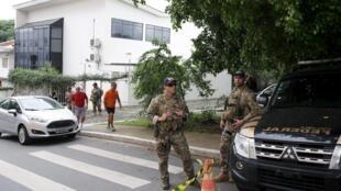 Les forces de police devant le bureau de l'ancien président du Brésil, Luiz Inacio Lula da Silva, le 4 mars 2016.