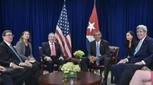 Os presidentes cubano Raúl Castro e americano, Barack Obama ao centro e suas delegações.