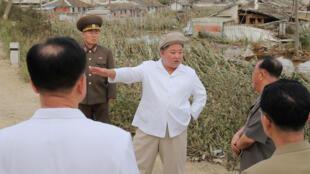 Le dirigeant nord-coréen Kim Jong-un lors d'une visite officielle dans une des provinces fortement touchées par le typhon Maysak.