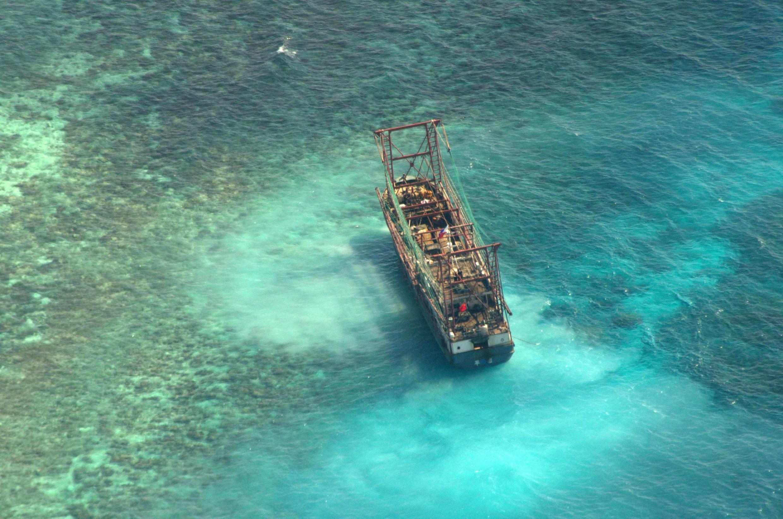 Le navire chinois échoué sur le récif de Tubbataha, photographié le 10 avril.