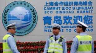 上海合作組織青島峰會會場外的圖標。攝於2018年6月8日