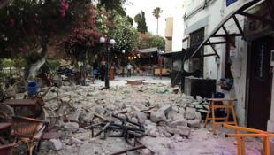 Aux abords d'un bar, sur l'île grecque de Kos, après le séisme de cette nuit du vendredi 21 juillet 2017. 位于爱琴海的希腊科斯岛(Ile de Kos)2017年7月21日周五凌晨 发生地震