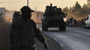 Un militaire malien encadre un convoi de militaires français quittant Bamako, Mali, le 15 janvier 2013.