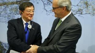 中國化工董事長任建新與瑞士先正達集團董事長(右) 2016年2月3日瑞士巴塞爾