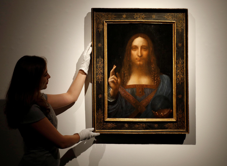 被认为是意大利画家达芬奇创作的一副油画《救世主》天价拍卖成功