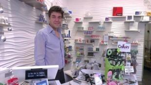 Marc Pointel, dono da loja 'Rei da Camisinha'