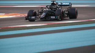 El piloto británico Lewis Hamilton conduce durante una sesión clasificatoria para el último Gran Premio de Abu Dabi, el 12 de diciembre de 2020 en el circuito de Yas Marina