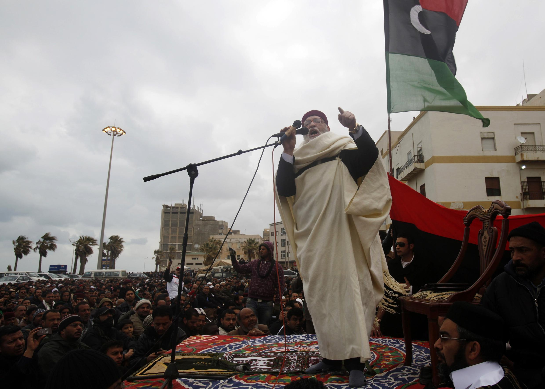 Los opositores a Kadafi escuchan la oración del viernes en Bengasi, Libia 25 de febrero de 2011.