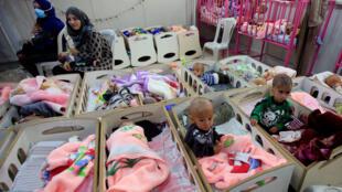 En un hospital en Hasaka, noreste de Siria, niños, hijos de combatientes del grupo Estado Islámico, sufren de malnutrición. 5 de abril de 2019.