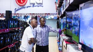 Au Kenya, quatre chaînes de télé n'émettent plus depuis une semaine. Citizen TV, KTN, NTV et la chaîne communautaire Inooro TV ont vu leurs signaux coupés par le gouvernement (supermarché Nakumatt, Nairobi, mai 2013).