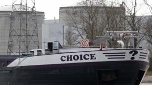 """Баржа под названием """"Выбор?"""" на фоне старейшей французской АЭС в Фессенхейме (Эльзас) 14 марта 2011 года"""