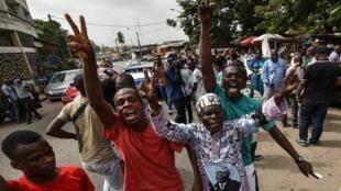 Des partisans de l'ancien président Laurent Gbagbo se fêtent l'annonce de son acquittement définitif, le 31 mars 2021.