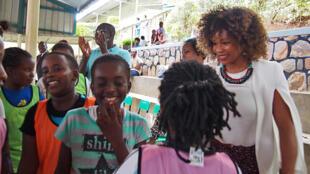 Après avoir joué avec Play International, Laura Flessel échange avec les enfants, à Kigali le 16 février 2018.