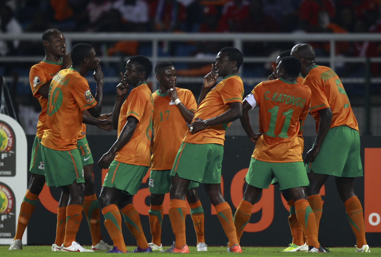 Emmanuel Mayuka  et ses coéquipiers fêtent leur premier but contre le Sénégal, le 21 janvier 2012.