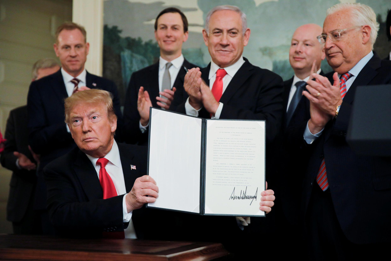 Donald Trump mostra a assinatura da declaração na qual reconhece a soberania de Israel sobre as colinas de Golã